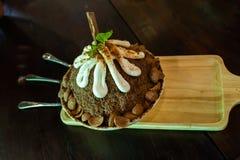 Glace complétée avec du chocolat fait à la maison photo libre de droits