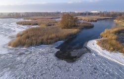 Glace congelée sur le rivage de la mer comme fond images libres de droits