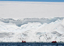 glace d'expeditioners de falaise de l'Antarctique images libres de droits