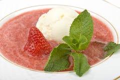 Glace dans une fraise Image libre de droits