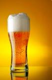 Glace de bière avec la mousse image libre de droits