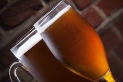 Glace de bière blonde sur un pub foncé. Image stock