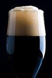 Glace de bière foncée Photographie stock libre de droits
