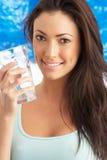 Glace de boissons de jeune femme de l'eau dans le studio Photos libres de droits