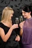 Glace de champagne de pain grillé de robe de réception d'amies de femme Image stock