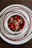 Glace de chocolat de dessert de Valentine, boule de chocolat et fraises Images stock