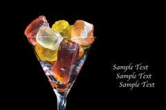 Glace de cocktail avec les gélatines colorées de fruit - photo stock