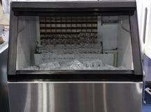 glace de cube dans la machine à glace photo stock