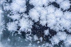Glace de fenêtre et fond de modèle de flocons de neige Images stock