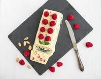 Glace de fromage avec la framboise et les pistaches fraîches Images stock