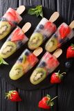 Glace de fruit sur un bâton de la fraise, du kiwi et des myrtilles avec le MI image libre de droits