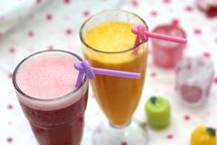Glace de jus de fruit sur le fond coloré Photo libre de droits