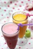 Glace de jus de fruit sur le fond coloré Photographie stock