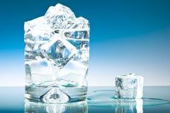 Glace de l'eau avec de la glace Photo stock