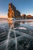 Glace de lac Baikal et île célèbres Oltrek au lever de soleil, lac Baikal Photos stock