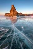 Glace de lac Baikal et île célèbres Oltrek au lever de soleil, lac Baikal Photo stock