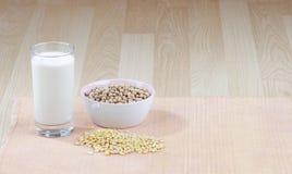 Glace de lait de soja et de soja cru Photos stock