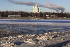 Glace de Neva et cathédrale de Smolny St Petersburg Images stock