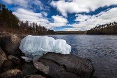 Glace de ressort sur la rivière Photo stock