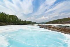 Glace de turquoise sur la rivière Photographie stock libre de droits