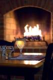 Glace de vin blanc devant le foyer photographie stock