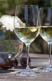Glace de vin blanc sur la table de patio - aviateurs, fleur Photo libre de droits