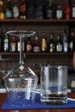 Glace de vin dans le bar photographie stock