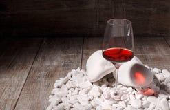 Glace de vin rouge Bourgogne dans un verre à vin sur un fond en bois Boisson alcoolique de raisin sur les roches blanches Copiez  Photographie stock libre de droits