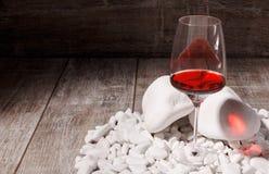 Glace de vin rouge Bourgogne dans un verre à vin sur un fond en bois Boisson alcoolique de raisin sur les roches blanches Copiez  Images libres de droits