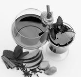 Glace de vin rouge sur le fond blanc Frais et vin chaud en verres avec le décor Image stock