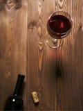 Glace de vin sur la table Images libres de droits