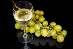Glace de vin sur le noir photographie stock