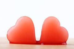 Glace deux en forme de coeur rouge de sirop de framboise Photo stock