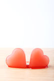 Glace deux en forme de coeur rouge de sirop de framboise Photos libres de droits