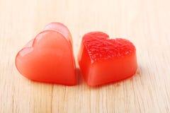 Glace deux en forme de coeur rouge de sirop de framboise Photo libre de droits