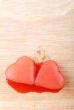 Glace deux en forme de coeur rouge de sirop de framboise Images stock