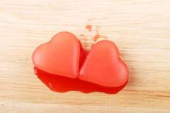 Glace deux en forme de coeur rouge de sirop de framboise Image stock