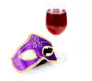 Glace du vin rouge et du masque vénitien Photo libre de droits