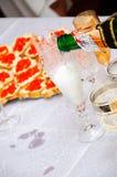 Glace en laquelle est le champagne plu à torrents Images stock