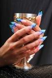 Glace en métal dans des mains femelles Image libre de droits
