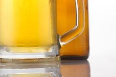 Glace et bouteille de bière photos stock