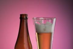 Glace et bouteille de bière Image stock
