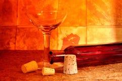 Glace et bouteille de vin Photographie stock libre de droits