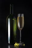 Glace et bouteille de vin blanc Photos stock