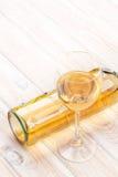 Glace et bouteille de vin blanc Image libre de droits