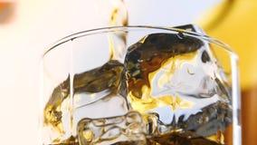Glace et bouteille de whiskey banque de vidéos
