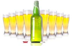 Glace et bouteille givrées de bière blonde Photo stock