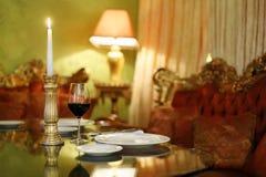 Glace et chandelier avec la bougie à la table Photos stock