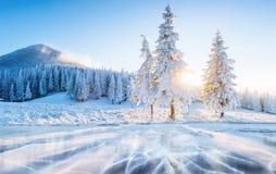Glace et fissures bleues sur la surface de la glace Lac congelé sous un ciel bleu pendant l'hiver Belle aube, rayons de photos libres de droits
