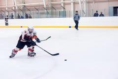 Glace-hockey de jeu d'enfants Image stock